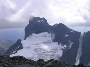 Store Austbotntind stikker toppen opp i skyene. Snørenna til venstre er ettertraktet for de mest ihugge randonee utøverne. Jeg har krysste renna på toppen og den ser forlokkende ut