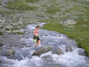 Marthe krysser elva uten sko
