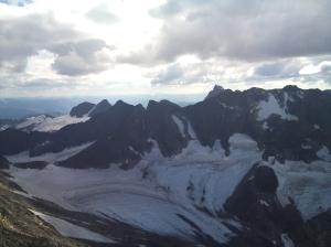 Utsikten fra toppen, Dyrhaugsryggen i front, mener man kan skimte Både Autsbotntind og Ringstind bak
