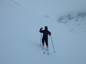 Fridtjov Fremstad glir ned Rinsgdalen på veg tilbake. Ringstinden er bak der i skyene