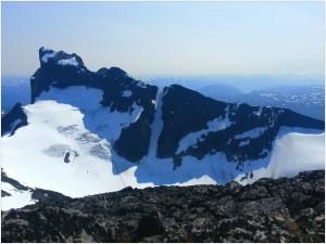Austanbotntind sett fra Soleibotntind, legg merke til snørenna som kjøres på brett og ski
