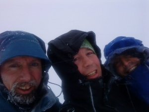 Dårlig vær, men godt humør på toppen. Null utsikt. Fridtjov Fremstad, Torger Kjeldstad, Bjørn Bye
