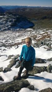 Grov Steinur og snø møter oss på omlag 1600 moh